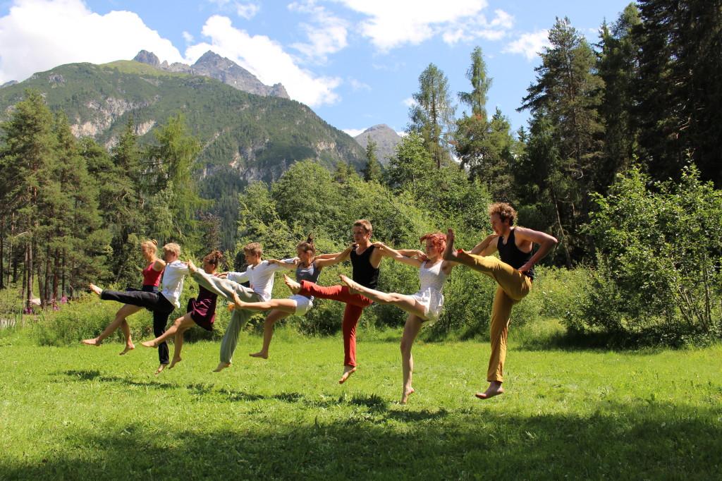 Avrona Tanzen auf der Wiese